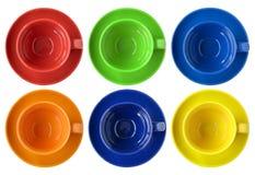 Insieme delle tazze di colore e della vista superiore del piattino Fotografie Stock Libere da Diritti