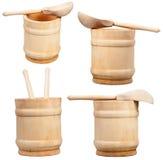 Insieme delle tazze di legno e dei cucchiai isolati su bianco Fotografia Stock Libera da Diritti