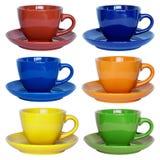 Insieme delle tazze e del piattino di colore isolati su bianco Fotografia Stock