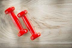 Insieme delle teste di legno rosse sul concetto di legno di forma fisica di punto di vista superiore del bordo Immagini Stock