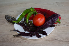 Insieme delle verdure isolate sul fondo di legno della tavola Backgro verde e rosso del peperone dolce Basilico e pomodoro Fotografia Stock Libera da Diritti
