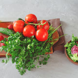 Insieme delle verdure su un bordo di legno della cucina Immagini Stock
