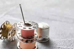 Insieme di adattamento degli accessori su fondo grigio, fotografie stock