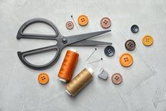 Insieme di adattamento degli accessori su fondo leggero, immagine stock