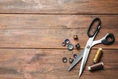 Insieme di adattamento degli accessori su fondo di legno, immagini stock libere da diritti