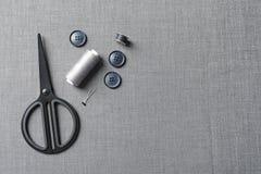 Insieme di adattamento degli accessori su tessuto grigio fotografie stock libere da diritti
