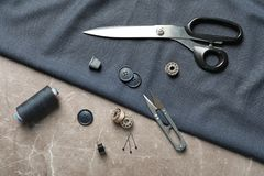 Insieme di adattamento gli accessori e del tessuto fotografia stock libera da diritti