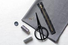 Insieme di adattamento gli accessori e del tessuto fotografie stock