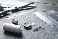 Insieme di adattamento gli accessori e del tessuto fotografie stock libere da diritti