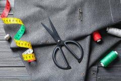 Insieme di adattamento gli accessori e del tessuto fotografia stock