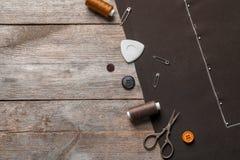 Insieme di adattamento gli accessori e del tessuto su fondo di legno fotografie stock