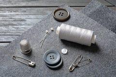Insieme di adattamento gli accessori e del tessuto sulla tavola immagine stock