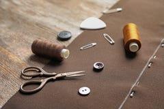 Insieme di adattamento gli accessori e del tessuto sulla tavola di legno immagine stock libera da diritti