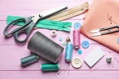 Insieme di adattamento gli strumenti, gli accessori e del tessuto sulla tavola fotografie stock libere da diritti