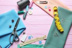 Insieme di adattamento gli strumenti, gli accessori e del tessuto sulla tavola immagini stock libere da diritti