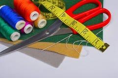 Insieme di adattamento gli strumenti, i fili e del tessuto immagine stock