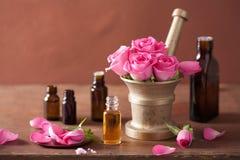 Insieme di aromaterapia e della stazione termale con gli oli essenziali del mortaio rosa dei fiori Immagine Stock Libera da Diritti