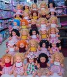insieme di belle bambole con i vari vestiti Fotografia Stock