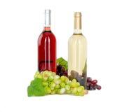 Insieme di bianco e delle bottiglie di vino rosato, glas ed uva rossa e bianca del formaggio. Immagine Stock