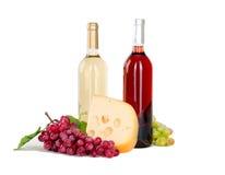 Insieme di bianco e delle bottiglie di vino rosato, glas ed uva rossa e bianca del formaggio. Fotografia Stock