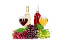 Insieme di bianco e delle bottiglie di vino rosato, glas ed uva rossa e bianca del formaggio. Immagine Stock Libera da Diritti