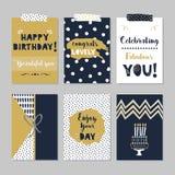 Insieme di biglietti di auguri per il compleanno felice dei blu navy dorati e scuri su fondo grigio d'avanguardia illustrazione vettoriale