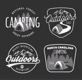 Insieme di campeggio dell'annata e degli emblemi all'aperto di avventura, logos e Immagini Stock