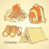 Insieme di campeggio di schizzo nello stile d'annata illustrazione vettoriale