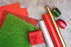 Insieme di carta e del nastro decorativi festivi per lo spostamento dei contenitori di regalo su fondo strutturato grigio Fotografia Stock Libera da Diritti