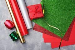 Insieme di carta e del nastro decorativi festivi per lo spostamento dei contenitori di regalo su fondo strutturato grigio Immagine Stock Libera da Diritti