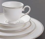 Insieme di cena di bello bianco, dell'orlo dell'oro e della tazza. Fotografie Stock