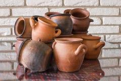 Insieme di cottura delle tazze dell'argilla sulla tavola Immagini Stock