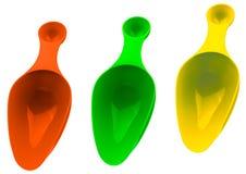 Insieme di di dosatore di plastica variopinto isolato su fondo bianco con ombra Misurazione di plastica arancio, verde e gialla immagine stock