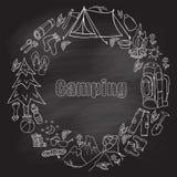 Insieme di effetto di campeggio della lavagna di whis di simboli e delle icone dell'attrezzatura di schizzo disegnato a mano Illu Immagini Stock Libere da Diritti