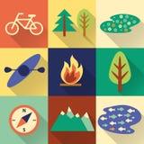 Insieme di escursione variopinta piana, di trekking e delle icone di campeggio Fotografie Stock Libere da Diritti