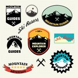 Insieme di etichette della montagna Logo della stazione sciistica royalty illustrazione gratis
