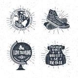 Insieme di etichette di viaggio disegnato a mano con il globo, scarpe da tennis, zaino Fotografie Stock Libere da Diritti