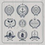 Insieme di etichette nautico d'annata della corona su fondo di legno leggero Fotografia Stock Libera da Diritti
