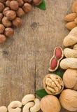 Insieme di frutta nuts su priorità bassa di legno Immagine Stock Libera da Diritti