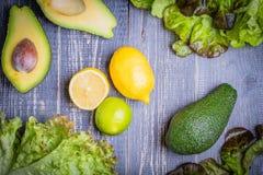 Insieme di insalata - preparato della lattuga, avocado, limone, calce Fotografie Stock