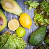 Insieme di insalata - preparato della lattuga, avocado, limone, calce Immagine Stock Libera da Diritti