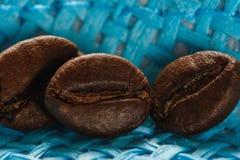 Insieme di macro chicchi di caffè arrostiti freschi sul fondo del canestro di vimini Immagini Stock Libere da Diritti