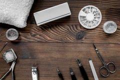 Insieme di manicure per il trattamento delle mani sul modello di legno di vista superiore del fondo Immagini Stock