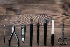 Insieme di manicure per il trattamento delle mani sul modello di legno di vista superiore del fondo Fotografia Stock