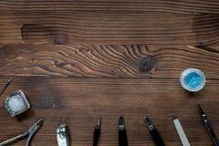 Insieme di manicure per il trattamento delle mani sul modello di legno di vista superiore del fondo Fotografia Stock Libera da Diritti
