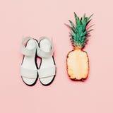 Insieme di modo di estate Ananas e sandali di stile della vaniglia Fotografia Stock