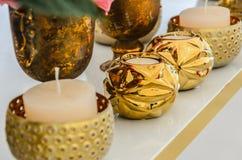 Insieme di nuove candele bianche in un candeliere d'annata sotto forma di Fotografie Stock