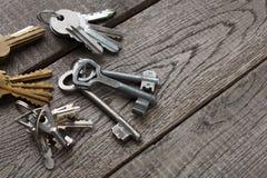 Insieme di nuove chiavi del metallo su legno invecchiato Immagini Stock Libere da Diritti