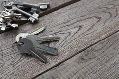Insieme di nuove chiavi del metallo su legno invecchiato Fotografie Stock