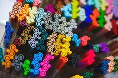 Insieme di parecchie fodere, indicatori ed indicatori colorati dei colori differenti, la vista superiore delle coperture Immagini Stock Libere da Diritti